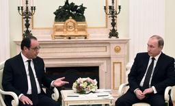 Russia's President Vladimir Putin (R) meets with his French counterpart Francois Hollande at the Kremlin in Moscow, Russia, November 26, 2015. REUTERS/Stephane de Sakutin