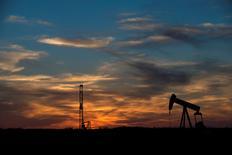 Una unidad de bombeo vista en un campo en Texas, 4 de junio de 2015. Los precios del petróleo subían el lunes mientras los inversores tomaban posiciones antes de la reunión que tendrá la OPEP esta semana, pese a las expectativas de que el grupo no va a modificar su política de producción. REUTERS/Cooper Neill