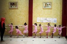 Palestinian girls take part in a ballet dancing course, run by the Al-Qattan Center for Children, in Gaza City November 25, 2015. Picture taken November 25, 2015. REUTERS/Suhaib Salem