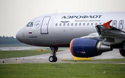 Самолет Airbus A320 компании Аэрофлот в Шереметьево  7 июля 2015 года. Крупнейший российский авиаперевозчик Аэрофлот создаст резервы по долгу за перевозку пассажиров авиакомпании Трансаэро, что в 2015 году может привести к отсутствию чистой прибыли по международным стандартам, с которой компания платит дивиденды, сказал журналистам финансовый директор Аэрофлота Шамиль Курмашов. REUTERS/Maxim Shemetov
