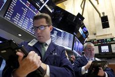 Operadores trabajando en la Bolsa de Nueva York, 24 de noviembre de 2015. Los inversores globales aumentaron sus tenencias de acciones estadounidenses y británicas en noviembre y subieron sus ponderaciones de activos seleccionados de mercados emergentes a máximos en varios años, dado que algunos administradores se posicionaban para un posible repunte en el sector. REUTERS/Brendan McDermid