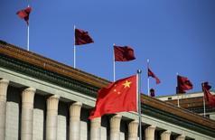 Una bandera de China flameando frente al Gran Salón del Pueblo en Pekín, oct 29, 2015. El Fondo Monetario Internacional admitió el lunes al yuan chino en su canasta referencial de monedas, un triunfo para la compaña de Pekín de ser reconocido como una potencia económica mundial.  REUTERS/Jason Lee