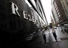 La banque centrale australienne a laissé mardi son principal taux directeur inchangé à 2% pour le septième mois consécutif, tout en précisant que la faiblesse de l'inflation lui laissait le champ libre pour le réduire dans le cas où la reprise économique se révélerait décevante dans les mois à venir.  /Photo prise le 3 novembre 2015/REUTERS/Jason Reed