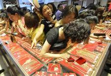 Ювелирный магазин в Тайюане. 6 июля 2013 года. Цены на золото растут с шестилетнего минимума за счет покрытия коротких позиций и снижения курса доллара с многомесячного максимума. REUTERS/Jon Woo