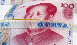 Foto de archivo de un billete de 100 yuanes, en un banco en Seúl, 10 de noviembre de 2010. El banco central de China dijo el martes que no hay base para el yuan se siga devaluando y sostuvo que mantendría a la moneda básicamente estable. REUTERS/Lee Jae-won/Files