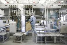 L'activité dans le secteur manufacturier s'est contractée aux Etats-Unis en novembre, à ses plus bas niveaux depuis juin 2009 quand l'économie était encore en pleine crise, selon l'Institute for Supply Management (ISM). L'indice ISM a reculé à 48,6, en-dessous de 50 pour la première fois depuis novembre 2012, contre 50,1 en octobre. /Photo d'archives/REUTERS/Thomas Peter