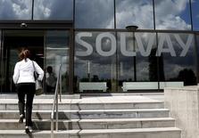 La Commission européenne a validé mercredi sous conditions l'acquisition par le groupe de chimie belge Solvay de son concurrent américain Cytec Industries. L'opération représente un montant de 5,5 milliards de dollars (4,7 milliards d'euros). /Photo prise le 29 juillet 2015/REUTERS/François Lenoir