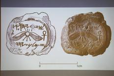 Des archéologues israéliens sont parvenus à établir qu'un petit objet découvert il y a cinq ans lors de fouilles près de la vieille ville de Jérusalem était un sceau portant le nom d'un roi de Judée du VIIIe siècle avant Jésus-Christ, Ezéchias, fils d'Achaz. /Photo prise le 2 décembre 2015/REUTERS/Amir Cohen
