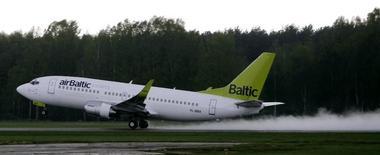 Самолет Boeing 737-36Q компании airBaltic вылетает из аэропорта Риги. 13 мая 2010 года. Парламент Латвии одобрил выделение государственной авиакомпании AirBaltic займа на 80 миллионов евро в четверг, сняв потенциальные препятствия для приобретения пассажирских самолётов CSeries у канадской компании Bombardier. REUTERS/Ints Kalnins