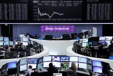 Operadores trabajando en la Bolsa de Fráncfort, 1 de diciembre de 2015. Las acciones europeas operaban estables en las primeras operaciones del jueves, mientras algunos inversores se abstenían de adoptar grandes posiciones antes de que el Banco Central Europeo revele su decisión sobre política monetaria. REUTERS/Staff/Remote
