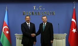 Президент Азербайджана Ильхам Алиев и премьер-министр Турции Тайип Эрдоган после пресс-конференции в Анкаре. 13 ноября 2013 года. Турция договорилась с Азербайджаном об ускорении строительства Трансанатолийского трубопровода (TANAP) с целью завершения проекта ранее запланированного 2018 года. REUTERS/Umit Bektas