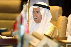 El ministro de Petróleo de Arabia Saudita, Ali al-Naimi, durante una reunión en Doha, 10 de septiembre de 2015. Arabia Saudita parece haber planteado la idea de un acuerdo global para equilibrar a los mercados petroleros y elevar los precios desde cerca de los niveles más bajos en seis años, aunque productores como Irán y Rusia rechazaron el jueves su idea principal de recortar la producción. REUTERS/Naseem Zeitoon