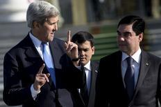 Госсекретарь США Джон Керри и президент Туркмении Курбанкули Бердымухамедов после встречи в резиденции Огузхан в Ашхабаде. 3 ноября 2015 года. Обладающей четвертыми по величине на планете запасами газа Туркмении следовало бы ослабить ограничения иностранных инвестиций в отрасли на фоне растущей конкуренции на мировом рынке, сказал высокопоставленный чиновник США. REUTERS/Brendan Smialowski/Pool