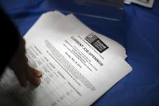 Una lista de apertura de empleos es distribuida durante una feria de empleo para personas sin hogar en la Misión de Los Ángeles en el área Skid Row de Los Ángeles, California, 4 de junio de 2015. REUTERS/David McNew