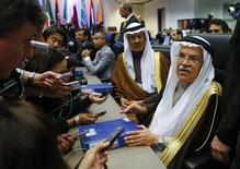 Los países miembros de la OPEP que suministran demasiado crudo al mercado son responsables de los bajos precios, dijo el domingo el ministro de petróleo de Irán, dos días después de que el grupo no fuera capaz de acordar un límite a la producción. En la foto, el ministro de petróleo de Arabia Saudí (a la derecha) y otros miembros de la OPEP en Viena el 4 de diciembre de 2015. REUTERS/Heinz-Peter Bader