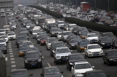 Les ventes de voitures particulières neuves ont bondi de 17,6% en novembre par rapport au même mois de l'an dernier, selon l'Association chinoise des voitures particulières (CPCA), qui ajoute tabler sur une hausse de 10% du marché automobile en 2016, soit un ratio sensiblement équivalent à celui estimé pour 2015. /Photo prise le 18 novembre 2015/REUTERS/Kim Kyung-Hoon