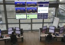 Euronext perd 1,7% à 12h53 à la Bourse de Paris, tandis que le CAC 40 recule de 1%. L'Autorité des marchés financiers (AMF) a infligé une amende de cinq millions d'euros à Euronext Paris et d'un montant similaire à Virtu Financial Europe dans un dossier de trading à haute fréquence (THF). Euronext a décidé de faire appel de la décision.  /Photo prise le 12 novembre 2015/REUTERS/Jacky Naegelen