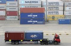 Un camión lleva contenedores en un puerto en Qingdao, China, 13 de octubre de 2015. Los productores chinos de materias primas que enfrentan una oferta excesiva y están golpeados por la caída de los precios apuntaron al exterior a un ritmo récord el mes pasado para buscar mercados a rubros como el aluminio, los combustibles refinados y el acero, mostraron datos el martes. REUTERS/Stringer
