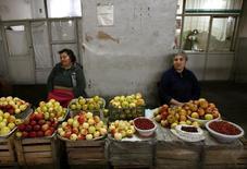 Продавщицы на продовольственном рынке в Ереване 21 октября 2009 года. Парламент Армении в среду одобрил проект бюджета на следующий год, в который заложено замедление роста экономики до 2,2 процента с 4,1, что соответствует ожиданиям МВФ. REUTERS/David Mdzinarishvili