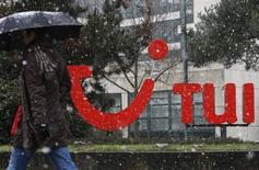 TUI Group, annonce jeudi une hausse de 15,4% de son bénéfice 2014-2015, faisant mieux que ses propres projections, et le premier tour-opérateur mondial confirme aussi son objectif de faire croître ce résultat d'au moins 10% par an jusqu'à l'exercice 2017-2018. /Photo d'archives/REUTERS/Christian Charisius
