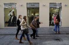Inditex, maison mère de la première chaîne mondiale de prêt-à-porter Zara, fait état jeudi de résultats légèrement supérieurs aux attentes sur neuf mois et se dit optimiste pour ses perspectives à long terme en Chine malgré le ralentissement économique à l'oeuvre dans le pays. Le bénéfice net sur la période janvier-septembre a augmenté de 19,5%, à 2,02 milliards d'euros. /Photo prise le 9 décembre 2015/REUTERS/Andrea Comas