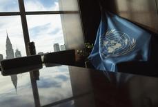 La bandera de las Naciones Unidas, vista en la sala de juntas del edificio de la secretaría, durante una Asamblea General del organismo, en su sede en Nueva York, 25 de septiembre de 2013. Naciones Unidas recortó el jueves en 0,4 puntos porcentuales su previsión de crecimiento económico global para 2015, hasta el 2,4 por ciento, principalmente por el bajo precio de las materias primas, el aumento de la volatilidad de los mercados y la desaceleración del crecimiento en las economías emergentes. REUTERS/Eric Thayer
