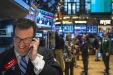 Трейдер работает на Нью-Йоркской фондовой бирже. Американские фондовые рынки закрылись повышением в четверг после трёх дней спада, однако в конце сессии индексы в значительной степени растеряли набранные очки из-за падения цен на нефть почти до семилетнего минимума, а также сильного доллара, влиявшего на настроения рынка. REUTERS/Lucas Jackson (UNITED STATES - Tags: BUSINESS TPX IMAGES OF THE DAY)