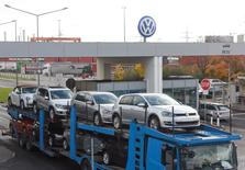 """A truck, loaded with Volkswagen cars, leaves the truck gate """"Fallersleben"""" at the Volkswagen headquarters in Wolfsburg, November 9, 2015. REUTERS/Fabian Bimmer"""