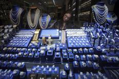 Un vendedora habla por teléfono en un joyería en Nueva York, 28 de noviembre de 2014. Los precios al productor en Estados Unidos subieron inesperadamente en noviembre debido a un incremento del costo de los servicios, aunque la tendencia subyacente siguió apuntando a débiles presiones inflacionarias. REUTERS/Carlo Allegri