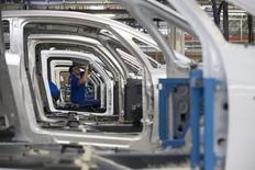 La production industrielle en zone euro a augmenté davantage que prévu en octobre, essentiellement grâce aux biens de consommation durable et aux biens d'équipement. /Photo prise le 1er septembre 2015/REUTERS/Philippe Wojazer