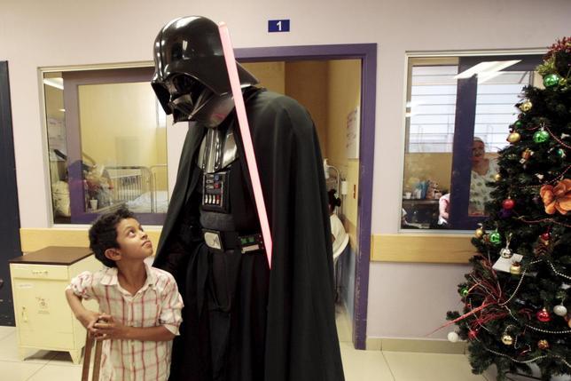 12月14日、サンサルバドルで、「スター・ウォーズ」シリーズのキャラクターに扮(ふん)した人たちが小児病院を訪問し、入院中している子どもたちと交流するチャリティーイベントが行われた(2015年 ロイター/Jose Cabezas)