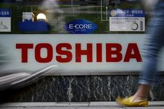Логотип Toshiba Corp в магазине электроники в Токио. 25 июня 2015 года. Toshiba Corp намерена сократить 6.000-7.000 рабочих мест, поскольку хочет реформировать деятельность после скандала с финансовой отчетностью, сообщила газета Nikkei. REUTERS/Yuya Shino