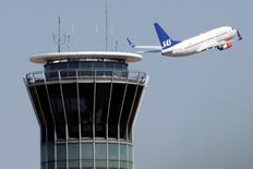 SAS a annoncé mercredi avoir retrouvé un bénéfice imposable sur la période août-octobre, quatrième trimestre de son exercice fiscal 2014-2015, et la compagnie aérienne scandinave a également dit prévoir un résultat positif pour celui qui vient de commencer./Photo d'archives/REUTERS/Charles Platiau