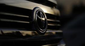 Автомобиль Toyota в автосалоне в городе Серритос, Калифорния, 9 декабря 2015 года. Японская корпорация Toyota Motor Corp ждет в следующем году сохранения глобальных продаж на уровне 10,11 миллиона автомобилей, что, вероятно, позволит крупнейшему в мире автопроизводителю оставаться впереди своих конкурентов - Volkswagen AG и General Motors Co. REUTERS/Mario Anzuoni