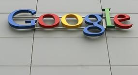 Логотип Google на здании в Цюрихе, 16 апреля 2015 года.  Американский интернет-гигант Google обжаловал решение российской антимонопольной службы, признавшей ранее компанию нарушившей законы свободной конкуренции в отношении ее мобильной операционной системы Android. REUTERS/Arnd Wiegmann