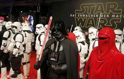 """Personajes de """"La Guerra de las Galaxias"""" posan frente al Zoo Palast, antes del estreno de """"La Guerra de las Galaxias: El Despertar de la Fuerz"""", en Berlín, Alemania, 16 de diciembre de 2015. Los seguidores de """"La Guerra de las Galaxias"""" se aprontaban el miércoles para ver la nueva entrega de la saga de ciencia ficción que se estrenará a partir de la medianoche en todo el mundo y que ya fue elogiada por la mayor parte de los críticos. REUTERS/Fabrizio Bensch"""