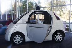 Une Google Car au siège de l'entreprise en Californie.  Les automobilistes sont en majorité prêts à acheter ou utiliser une Google Car ou une Apple Car, quand ces voitures autonomes seront commercialisées, mais sont encore plus nombreux à estimer qu'il revient aux constructeurs automobiles actuels de faire évoluer les véhicules traditionnels. /Photo prise le 13 novembre 2015/REUTERS/Stephen Lam