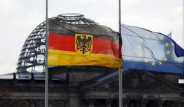La confianza empresarial en Alemania se deterioró inesperadamente en diciembre, según mostró el jueves una encuesta, sugiriendo una preocupación creciente entre ejecutivos empresariales en la mayor economía de Europa mientras una ralentización económica en los mercados emergentes afecta a las exportaciones. En la imagen, una bandera alemana ondea al lado de una europea en la sede de la cancillería con el edificio del Parrlamento al fondo, el 14 de noviembre de 2015. REUTERS/Hannibal Hanschke