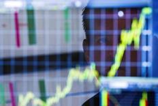 Les Bourses européennes ont accentué leurs gains jeudi à mi-séance, et une nouvelle hausse est attendue à Wall Street, au lendemain de la décision de la Réserve fédérale américaine de commencer un cycle de relèvement des taux, pour la première fois en près de dix ans. À Paris, le CAC 40 s'adjugeait 2,52% vers 13h00, toutes les valeurs de l'indice restant dans le vert. À Francfort, le Dax prenait 3,34% et à Londres, le FTSE 1,55%.. /Photo d'archives/REUTERS/Lucas Jackson