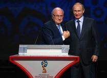 Presidente suspenso da Fifa, Joseph Blatter (esquerda), e presidente da Rússia, Vladimir Putin, durante evento em São Petersburgo.    25/07/2015       REUTERS/Stringer