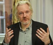 Imagen de archivo del fundador de WikiLeaks, Julian Assange, en una rueda de prensa en la embajada de Ecuador en Londres, ago 18, 2014. Fiscales suecos presentarán en breve una nueva solicitud para interrogar al fundador de WikiLeaks, Julian Assange, en la embajada ecuatoriana en Londres por acusaciones de violación, dijeron el jueves las autoridades en Estocolmo.  REUTERS/John Stillwell/pool