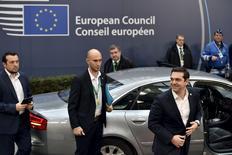 Le Premier ministre grec Alexis Tsipras (à droite) à son arrivée à Bruxelles jeudi. Les responsables de la zone euro ont approuvé provisoirement une nouvelle tranche d'aide d'un milliard d'euros à la Grèce après le renoncement par Athènes à un projet de loi sur un programme économique parallèle. /Photo prise le 17 décembre 2015/REUTERS/Eric Vidal