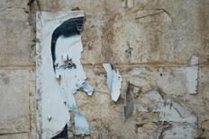 Разорванная фотография Башара Асада на стене здания в Идлибе. 6 апреля 2015 года. Россия ясно дала понять западным государствам, что у нее нет возражений против отставки президента Сирии Башара Асада в рамках процесса мирного урегулирования, смягчив свою публично высказываемую позицию о поддержке главы Сирии в преддверии переговоров в Нью-Йорке, сказали дипломаты. REUTERS/Ammar Abdullah