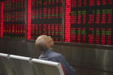 Инвестор в брокерской конторе в Пекине. 21 сентября 2015 года. Китайские акции были малоподвижны в пятницу после резкого скачка на предыдущей сессии, вызванного долгожданным повышением ставки ФРС. REUTERS/Stringer