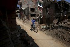 Immeubles détruits à Bhaktapur par la série de séismes qui ont frappé le Népal en avril et mai, catastrophe la plus meurtrière de l'année avec quelque 9.000 morts. Les catastrophes en 2015 ont fait plus de morts que l'an dernier mais leur coût total pour les assureurs devrait être en baisse de 8,6% à 32 milliards de dollars (29,5 milliards d'euros), selon le réassureur Swiss Re. /Photo prise le 5 octobre 2015/REUTERS/Navesh Chitrakar