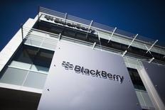 BlackBerry a sans surprise publié vendredi une perte trimestrielle mais a fait état pour la première fois en plus de deux ans d'une hausse de son chiffre d'affaires d'un trimestre sur l'autre, ce qui pourrait être le signe d'un redressement pour le fabricant canadien de smartphones. /Photo d'archives/REUTERS/Mark Blinch