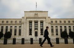 La Réserve fédérale américaine relèvera à nouveau ses taux au cours des trois prochains mois, pensent deux tiers des économistes interrogés par Reuters, même si nombre d'entre eux prédisent que le resserrement monétaire sur l'ensemble de 2016 ne sera pas aussi prononcé que le suggère la Fed. /Photo prise le 16 décembre 2015/ REUTERS/Kevin Lamarque