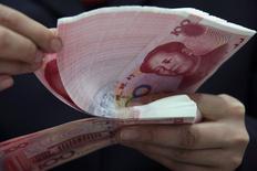 Les dirigeants chinois souhaitent que la politique monétaire prudente de la banque centrale devienne plus souple et entendent poursuivre leur soutien à la demande au prix d'un déficit budgétaire accru. /Photo d'archives/REUTERS