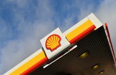El logo de Shell, en una de sus gasolineras en Londres, 29 de enero de 2015. Los accionistas de Royal Dutch Shell y BG Group tienen previsto votar sobre la fusión de ambas compañías el 27 y 28 de enero, respectivamente, dijeron las firmas el lunes. REUTERS/Toby Melville