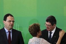 Presidente Dilma Rousseff cumprimenta Joaquim Levy (à direita) na cerimônia de posse do novo ministro da Fazenda, Nelson Barbosa, no Palácio do Planalto, em Brasília, nesta segunda-feira. 21/12/2015 REUTERS/Ueslei Marcelino